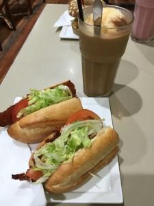 Onze lunch! Een baguette met een kipschnitzel en een ijskoffie. Helaas kreeg ik hem door mijn misselijkheid écht niet op...